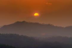 Die Sonnenuntergangzeit und -berg bei Wat Phra That Doi Kong MU Lizenzfreies Stockfoto