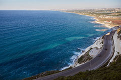Die sonnige Sommerseeküstenmittelmeeransicht der Klippenstraße zwischen Naqoura und Reifen, der Libanon stockbild
