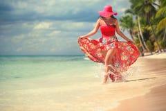 Die sorglose, junge Frau, die auf den Inseln sich entspannt, setzen auf den Strand Stockbild
