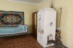Die sowjetischen Innennachkriegshäuser im Dorf stockbilder