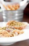 Die Spaghettiteigwaren mit Wurst und Knoblauch-Brot in der weißen Platte Stockbilder