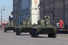 Die Spalte von selbstfahrenden Artillerie Nona-SVK geht zum Rehe Stockbild