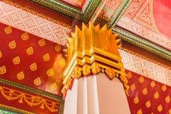 Die Spalten, die mit Gold verziert wurden, überzogen Verzierung im buddhistischen thailändischen Tempel lizenzfreies stockbild