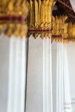 Die Spalten, die mit Gold verziert wurden, überzogen Verzierung im thailändischen Tempel Stockbild