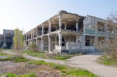 Die Spalten im Raum ruinierten Schlachthaus Stockfotos