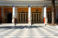 Die Spalten und die Statuen im Palast Achilleon Lizenzfreie Stockbilder