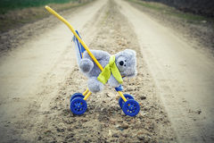 Die Spaziergänger der Kinder mit Spielzeugbären Lizenzfreie Stockfotos