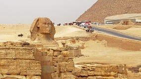 Die Sphinx u. die Giseh-Pyramide im Hintergrund Das Giseh Platea lizenzfreie stockbilder