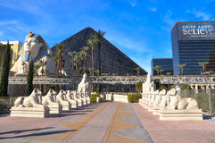 Die Sphinx und das Luxor am hellen Tag stockfotografie