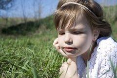 Die Spiele des kleinen Mädchens im Dorf Stockfoto