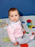 Die Spiele des kleinen Mädchens mit Spielwaren Stockbilder