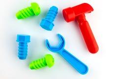 Die Spielwaren der Kinder auf einem wei?en Hintergrund, einem roten Hammer, einem blauen Schl?ssel, zwei blauen und zwei gr?nen B lizenzfreie stockfotos