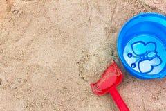 Die Spielwaren der Kinder im Sandkasten Stockfotografie