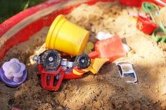 Die Spielwaren der Kinder im Sandkasten Lizenzfreie Stockbilder