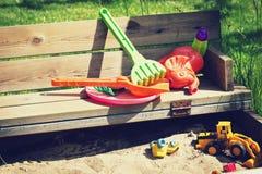 Die Spielwaren der Kinder im Sandkasten Lizenzfreies Stockbild
