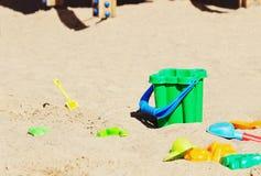 Die Spielwaren der Kinder im Sandkasten Lizenzfreie Stockfotografie