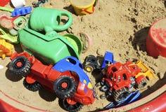 Die Spielwaren der Kinder im Sandkasten Stockfoto