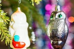 Die Spielwaren des neuen Jahres auf einem Baum Stockfoto