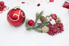 Die Spielwaren des neuen Jahres auf Schnee, ein Feiertag Lizenzfreies Stockfoto