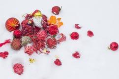 Die Spielwaren des neuen Jahres auf Schnee, ein Feiertag Stockbild