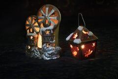 Die Spielwaren des neuen Jahres mit Kerzen Stockfotografie