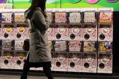 Die Spielzeugkapselautomaten in Japan, nah an Ueno-Station lizenzfreie stockfotografie