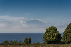 Die Spitze des Calbuco-Vulkans über dem Llanquihue See in Frutillar hinaus stockfotos
