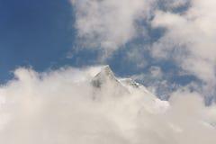 Die Spitze des Gletschers Machapuchare in den Wolken - Nepal Lizenzfreie Stockfotos