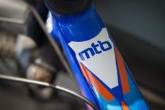 Die Spitze des Mountainbikerahmens ist nahe dem Helm Mit der Aufschrift MTB Stockbild