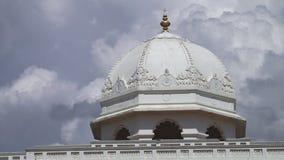 Die Spitze eines indischen Tempels stock video footage