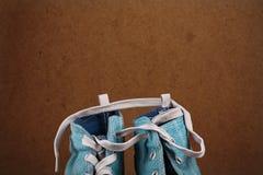Die Spitze von blauen Turnschuhen eines Paares mit einer Zugschnur Lizenzfreies Stockbild