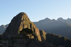 Die Spitze von Huayna Picchu fängt das Morgensonnenlicht Machu Picchu, Cuzco, Peru stockbilder