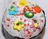 Die Spitze von Ostern-Kuchen verziert mit Süßigkeitenelementen Stockfotos