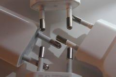 Die Spitzen benutzter USB-Ladegeräte, die auf weißem Boden sich berühren stockfotografie