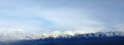 Die Spitzen der Berge - Foto auf Lager Stockbilder