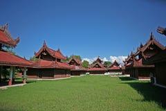 Die spitzen rooves und die Dekorationen des zentralen Palastkomplexes in Mandalay an einem sonnigen Tag Lizenzfreie Stockfotografie