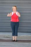 Die sportliche ältere Frau, die ein Doppeltes gibt, greift oben ab lizenzfreies stockfoto