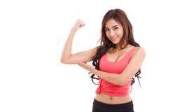 Die sportliche Frauenvertretung, ihr Bizeps überprüfend bewaffnen Muskel Stockbild