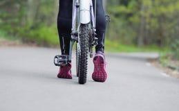 Die sportlichen Frauen der gesunden Lebensstileignung, die einen Zyklus anstreben, reiten herein Lizenzfreie Stockfotos