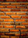 Die Sprungswand vom Ziegelstein und vom Ziegelsteinhintergrund, roter Sprungsziegelstein und Muster der Sprungsbacksteinmauer Lizenzfreie Stockfotografie