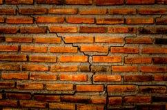 Die Sprungswand vom Ziegelstein und vom Ziegelsteinhintergrund, roter Sprungsziegelstein und Muster des Sprungsbacksteinmauerhint Lizenzfreie Stockbilder