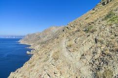 Die Spur auf dem steilen Abhang über dem Meer Lizenzfreies Stockfoto