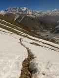 Die Spur in den schneebedeckten Bergen Lizenzfreie Stockfotografie