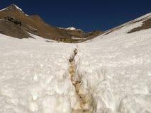 Die Spur in den schneebedeckten Bergen Stockfotos