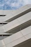 Die städtische Geometrie, oben schauend zum Weißmetall cladded Gebäude betriebsart Stockbild