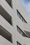Die städtische Geometrie, oben schauend zum Weißmetall cladded Gebäude betriebsart Stockbilder