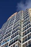 Die städtische mehrstöckige moderne Wohnhochhausneubaufassade bequem mit Windows gegen den blauen Himmel oben lizenzfreies stockfoto