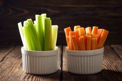 Die Stöcke von Karotten und von Sellerie stockfotos