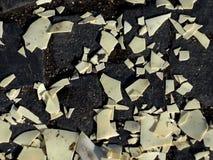 Die Stücke der Rückseite zusammen wieder auf dem Hintergrund fielen weg von der Wand stockfoto