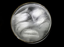 Die Stücke des Eises in einem Glas Lizenzfreie Stockbilder